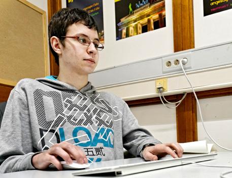 (oben). Der Autist Michael (unten) ist gerne am Computer kreativ.